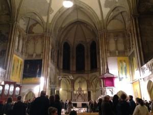 Ansicht auf Ostflügel des Kirchenschiffes mit Altar und Tafelbildern