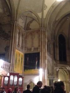 Ansicht auf Ostflügel des Kirchenschiffes mit Orgel und Tafelbildern