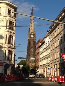 blick-zur-peterskirche-durch-strassenschlucht