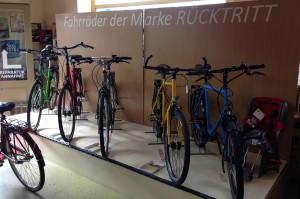 Ausstellungsfläche mit verschiedenen Fahrräder dern Marke Rücktritt