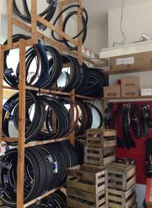 Holzregal mit unterschiedlichen Fahrradreifen