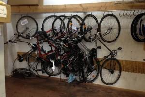 Aufgehängte Fahrräder die zur Reperatur sind