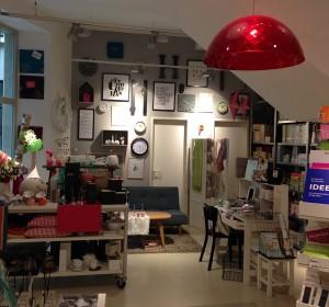 Wohnmacher Innenansicht mit roter modischer Lampe